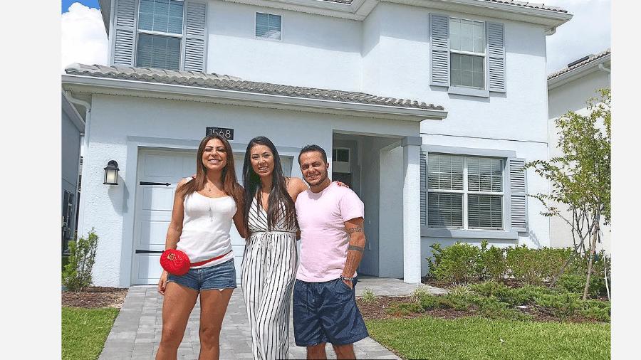 Andressa Ferreira e Thammy Miranda com a vendedora da casa em Orlando, nos Estados Unidos - Reprodução/Instagram