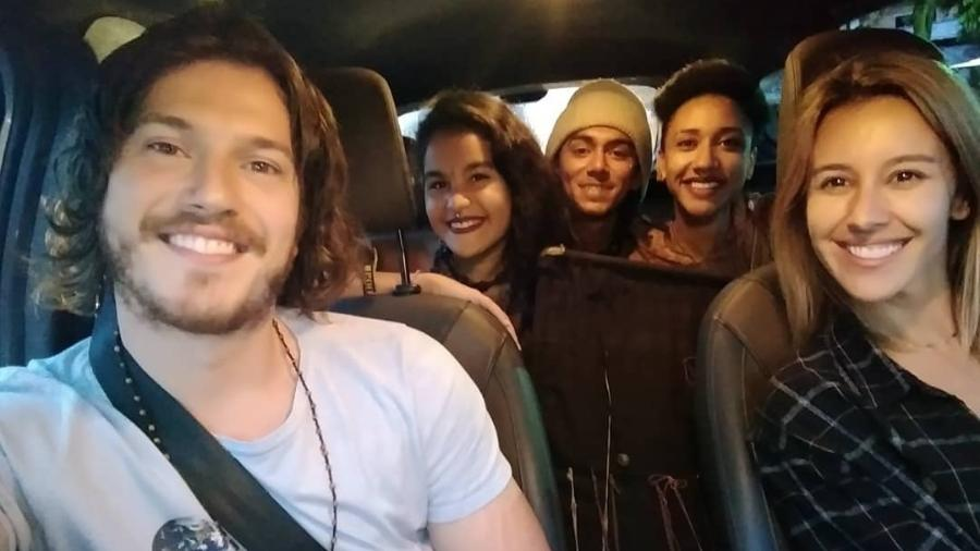 O ator Caio Paduan e a apresentadora Cris Dias dão carona a fãs - Reprodução / Instagram