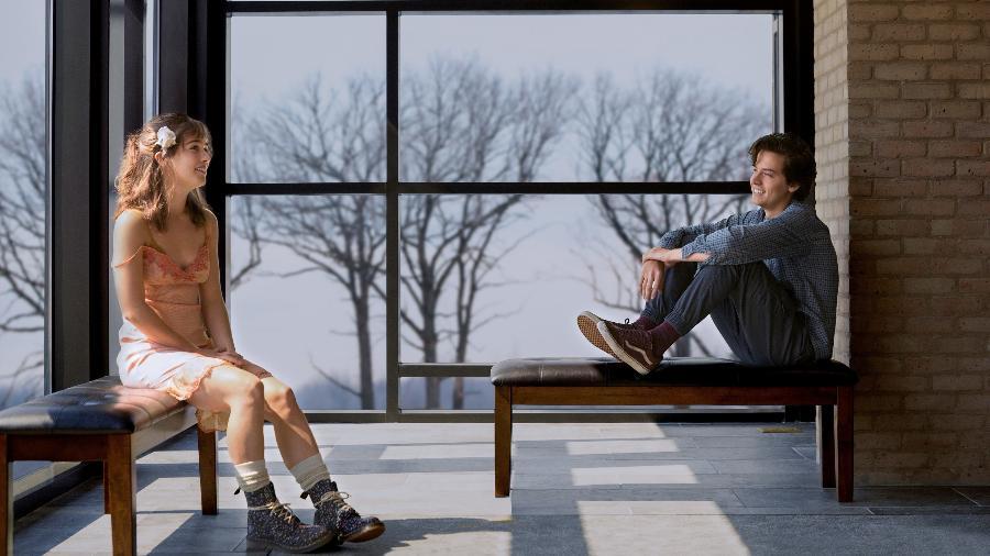 """Haley Lu Richardson e Cole Sprouse no filme """"A Cinco Passos de Você"""" - Divulgação"""