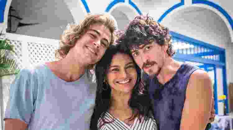 """Janaína (Dira Paes) e os filhos João (Rafael Vitti ) e Jerônimo (Jesuíta Barbosa) são personagens centrais da próxima novela das 19h, """"Verão 90"""" - Divulgação/TV Globo - Divulgação/TV Globo"""