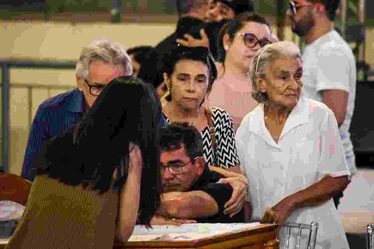 Pai de Gabriel Diniz chora à beira do caixão do filho, no velório em João Pessoa - Steven Ellison/Brazil News