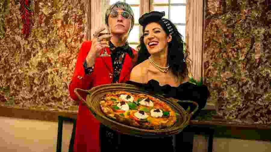 """Cena do videoclipe de """"Pizza e Guaraná"""", da cantora italiana Aramà - Divulgação"""
