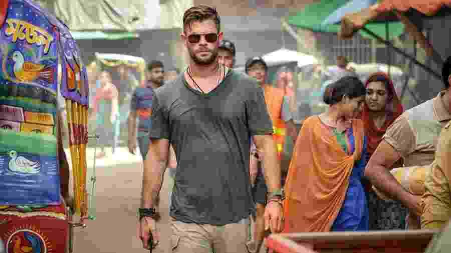 """Chris Hemsworth em cena de """"Resgate"""", da Netflix - Divulgação"""