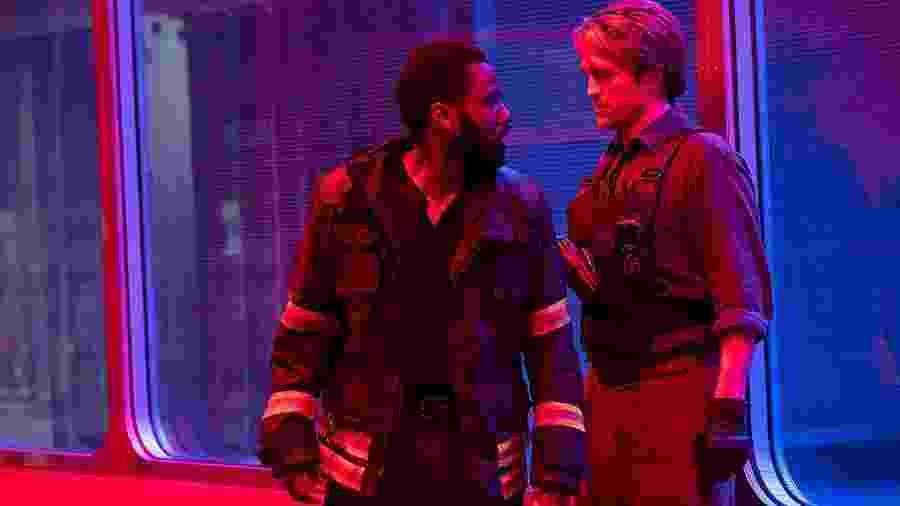 "John David Washington e Robert Pattinson em cena de ""Tenet"" - Reprodução/IMDb"