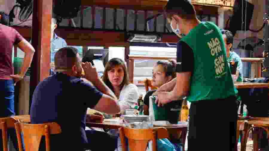 Os bares de São Paulo reabriram, mas estão longe do agito da época pré-pandemia - Mineto/Futura Press/Folhapress