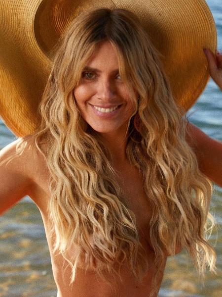 Carolina Dieckmann faz topless na praia - Reprodução / Instagram