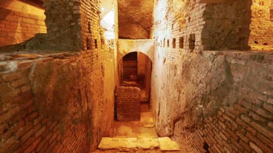 A entrada do Vicus Caprarius, sítio arqueológico sob a Fontana di Trevi, que esconde um aqueduto e conjunto de apartamentos que pertenceram à aristocracia romana - Divulgação/Vicus Caprarius