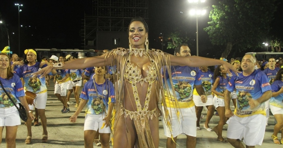 24.jan.2016 - A musa Lilian Duarte mostrou todo seu gingado à frente de uma das alas e levantou a torcida durante o ensaio técnico da escola de samba do Morro do Borel, na Tijuca