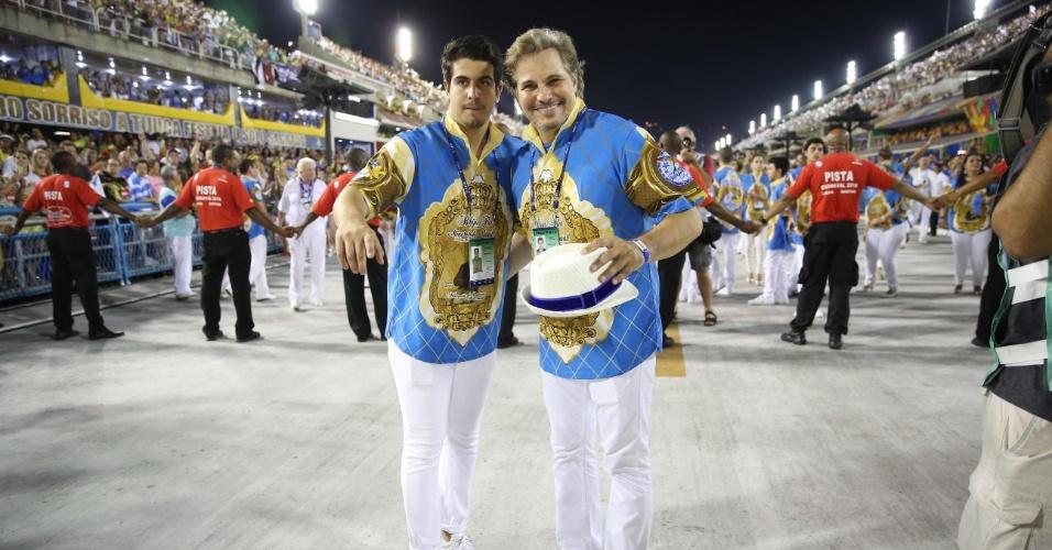 8.fev.2016 - O ator Edson Celulari e seu filho Enzo na concentração para entrar na avenida com a Beija-Flor no primeiro dia de desfiles da elite do Carnaval Carioca