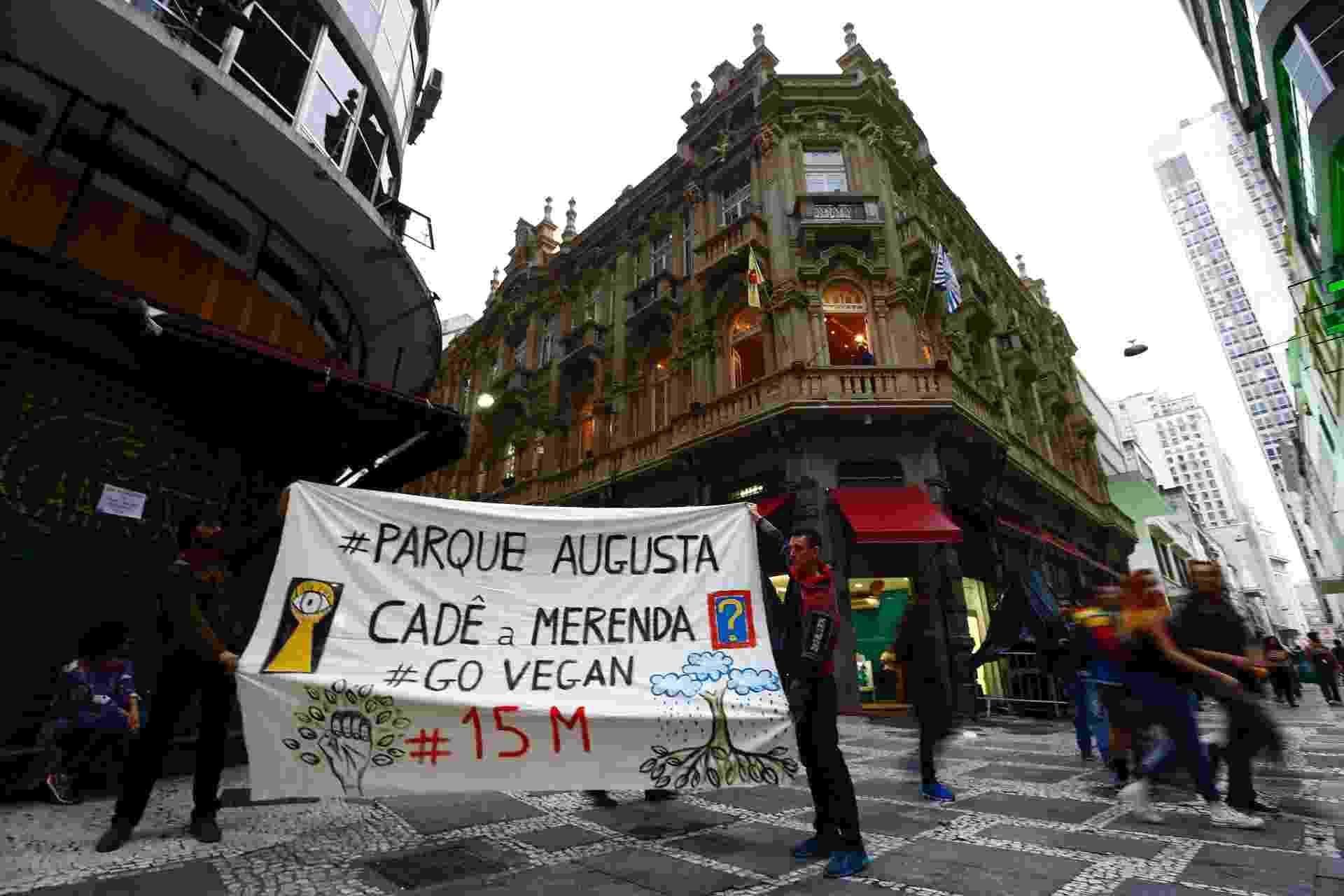 20.mai.2016 - Happy Hour da Virada Cultural começa com protesto. Manifestantes pedem pelo parque Augusta e CPI da Merenda - Adriano Vizoni/Folhapress