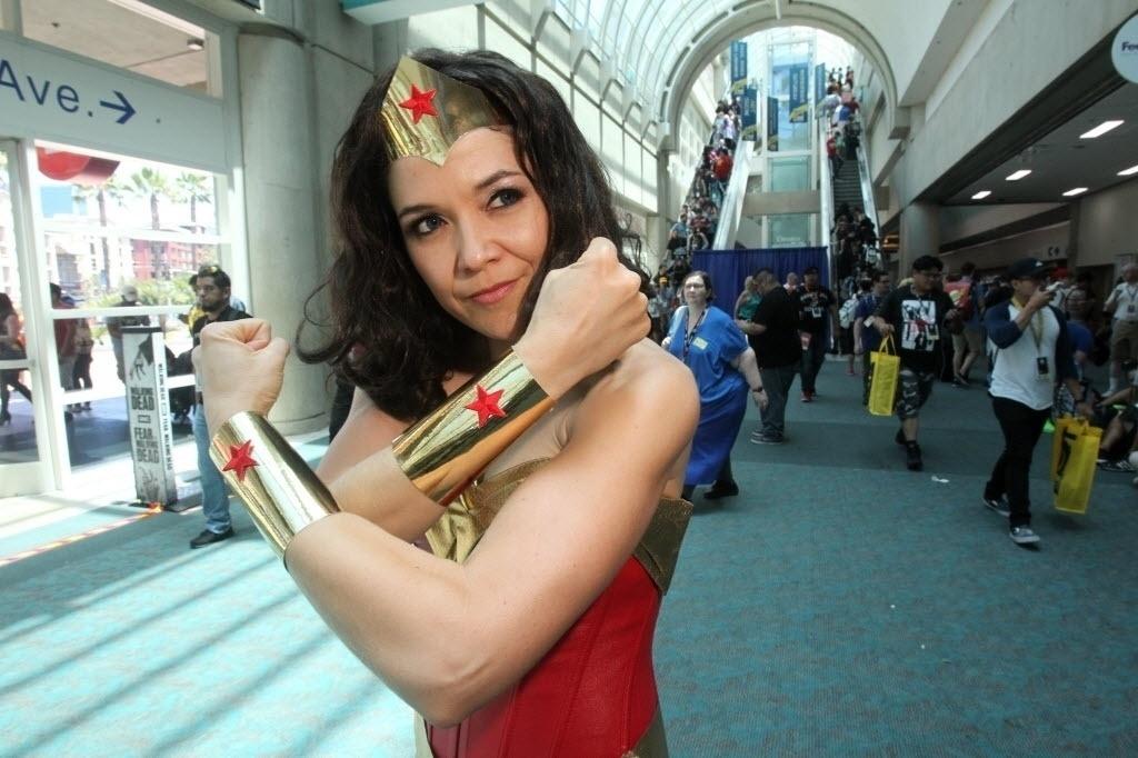 21.jul.2016 - Cosplayer da sempre popular Mulher Maravilha mostra sua força na San Diego Comic-Con
