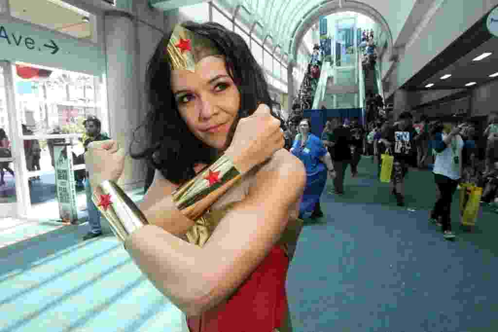 21.jul.2016 - Cosplayer da sempre popular Mulher Maravilha mostra sua força na San Diego Comic-Con - Bill Wechter/AFP Photo