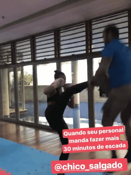 """Personal trainer finge """"voar"""" com chute de Bruna Marquezine - Reprodução/Instagram - Reprodução/Instagram"""
