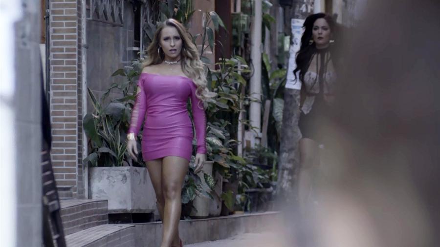 Carine (Carla Diaz) provoca Bibi (Juliana Paes) após levar surra da rival na novela - Reprodução/GShow/A Força do Querer