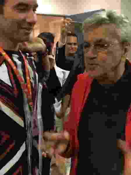 """Caetano Veloso encontra o humorista Marco Luque nos bastidores do programa """"Altas Horas"""", na Globo - Reprodução/Instagram/@paulalavigne"""