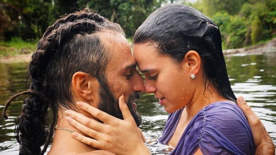 """O sexy mergulho no lago de Catarina (Bruna Marquezine) e Constantino (José Fidalgo), em """"Deus Salve o Rei"""" - Reprodução/Instagram"""