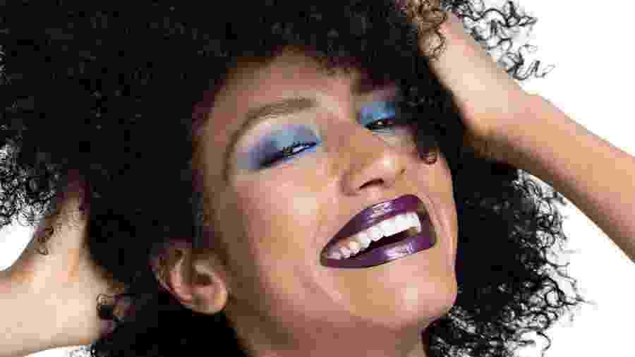 Maquiagem de festa: sombra azul e batom berinjela é opção - Edu Delfim/Divulgação