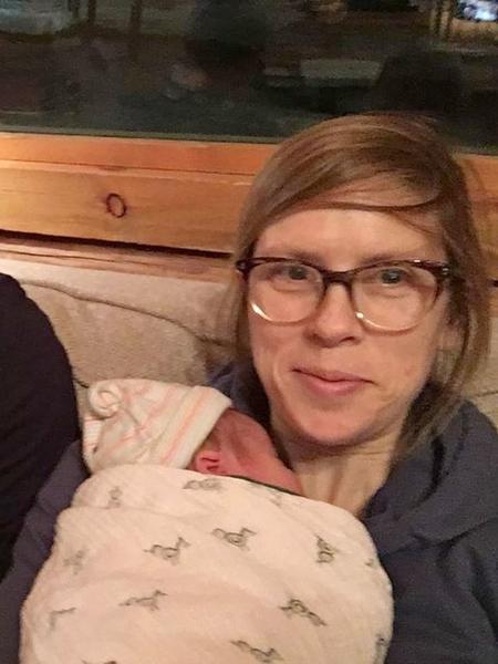 A médica Hilary Conway com a filha recém-nascida no colo - Arquivo Pessoal