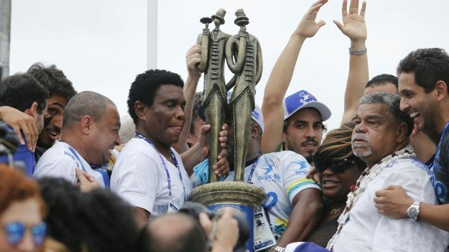 Neguinho da Beija-Flor e Laíla seguram o troféu da Campeã do Carnaval 2018 Beija-Flor de Nilópolis - Júlio Cesar Guimarães/UOL