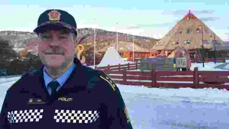 Aslak Finvik do lado externo do centro cultural sami cultural, em Drag - Divulgação/BBC - Divulgação/BBC