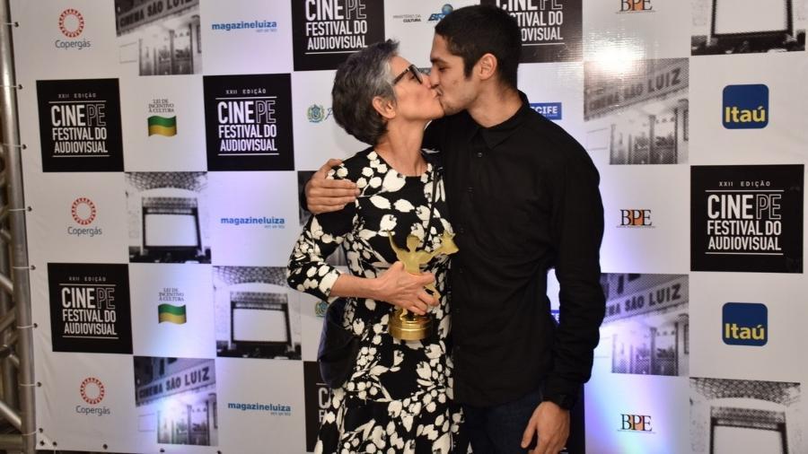 Cássia Kiss e Gabriel Leone trocam selinho após atriz ser homenageada no Cine PE - Felipe Souto Maior/AgNews