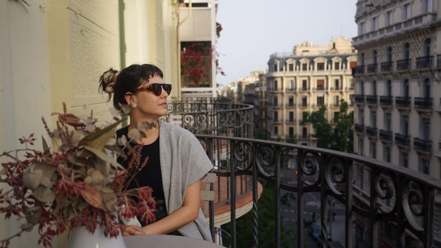 Tainá Muller na varanda do apartamento onde ficou em Barcelona, no bairro Gótico - Arquivo pessoal