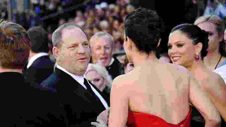 Harvey Weinstein cumprimenta Sandra Bullock no Oscar de 2011 - Kevork Djansezian/Getty Images