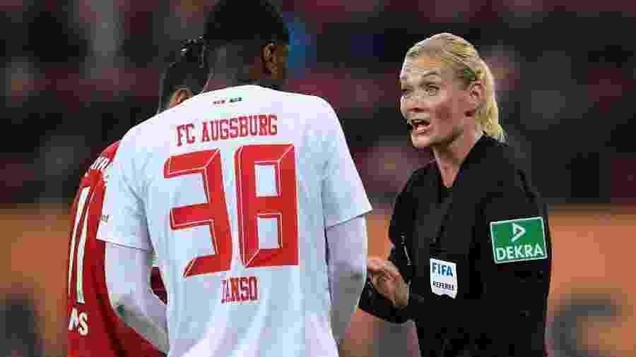 Bibiana Steinhaus apita partida de FC Augsburg x Bayern Munich - Reuters