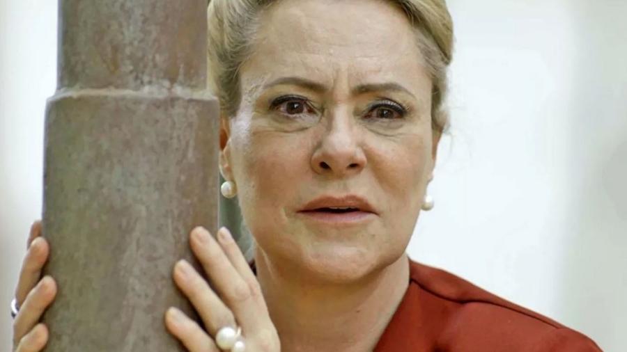 """Mirtes (Elizabeth Savala) grita quando descobre que Mattoso (Tuca Andrada) está de volta, em """"O Sétimo Guardião"""" - Divulgação/TV Globo"""