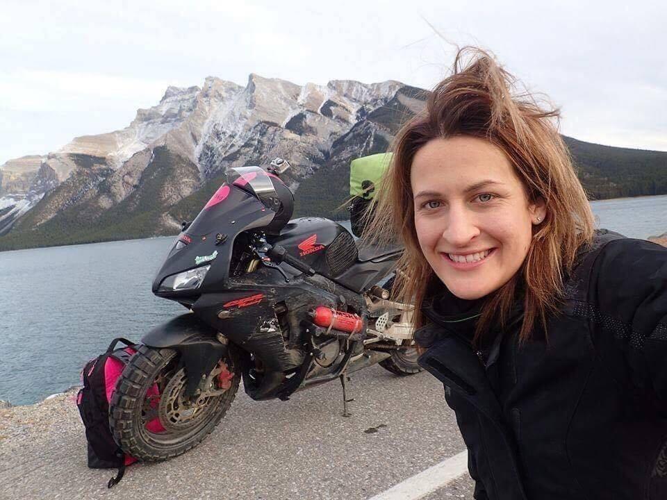 Mulher viaja mais de 20 mil km de moto após ser menosprezada pelo namorado