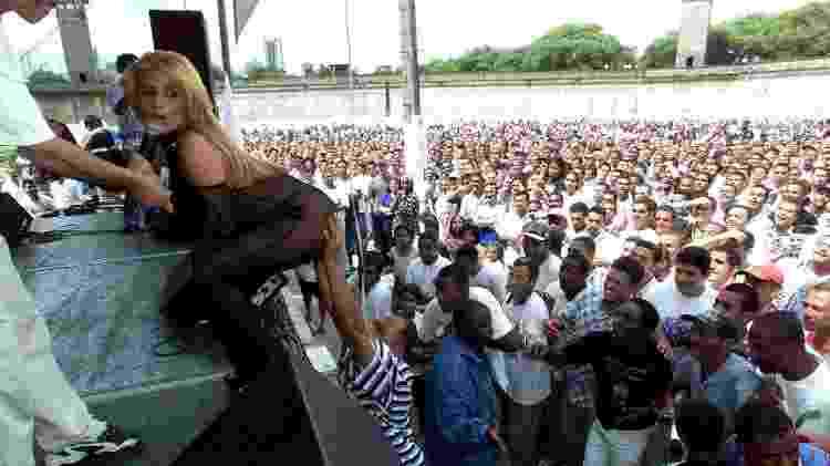 A dançarina e cantora Rita Cadillac é assediada em festa de fim de ano dos detentos e seus familiares, na Casa de Detenção de São Paulo - Juca Varella - 15.dez.1999/Folhapress
