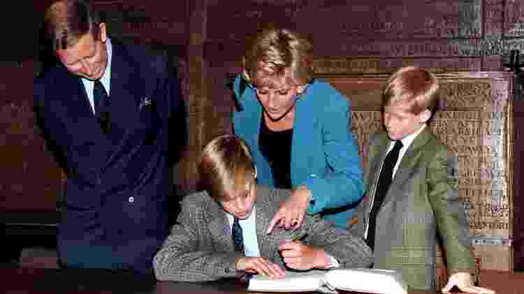 Harry vendo seu irmão assinar o livro de entrada no Eton College, em 1995 - ele seguiria seus passos três anos depois. - Getty Images
