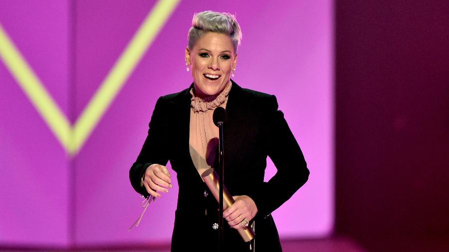 """Pink durante o E! People""""s Choice Awards de 2019 - Alberto Rodriguez/E! Entertainment/NBCU Photo Bank"""