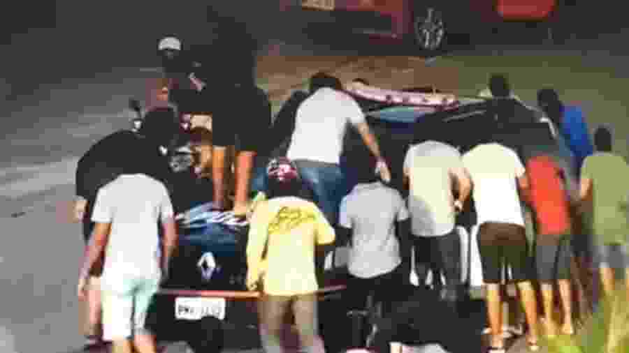 Homens encapuzados que seriam PMs tomam viatura nas ruas do Ceará - Reprodução/Youtube