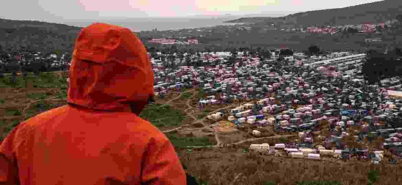 De costas, por motivo de segurança, o jovem afegão que relata para Nossa os primeiros dias de quarentena no campo de refugiados - André Naddeo