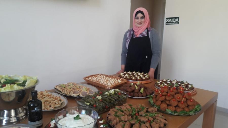 """A refugiada síria Muna Darweesh vem contando com ajuda de plataforma de voluntariado para divulgar o negócio de doces e salgados que tem ao lado do marido; o proprietário de casa em que vive não aceitou negociar aluguel -- """"meus filhos precisam comer"""", diz ela - Arquivo Pessoal"""