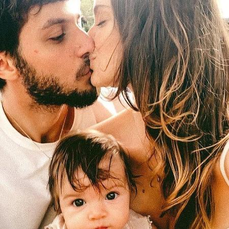 Chay Suede e Laura Neiva, que está gravida do segundo filho, são pais de Maria - Reprodução / Instagram