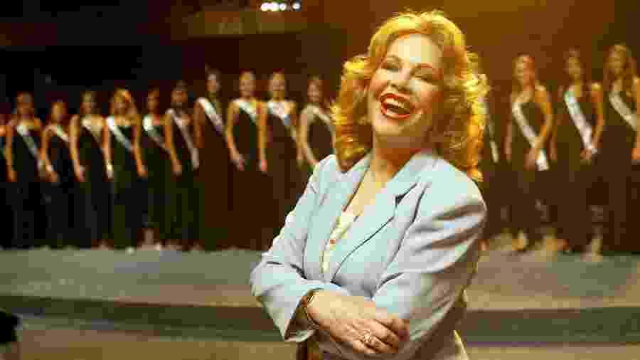 Martha Rocha, miss Brasil 1954, posa com as concorrentes ao título de 2004, em São Paulo (SP) - Marlene Bergamo/Folhapress