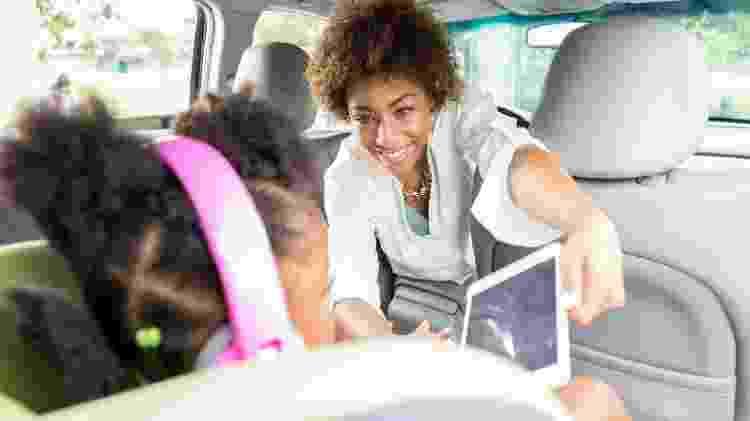 Dispositvos eletrônicos em viagem de carro pode ser uma diversão e distração para as crianças - Getty Images/iStockphotos - Getty Images/iStockphotos