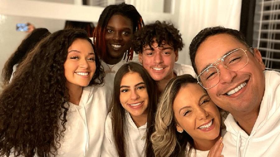 Carla Perez e Xanddy posam em foto com os dois filhos e seus respectivos namorados - Reprodução/Instagram