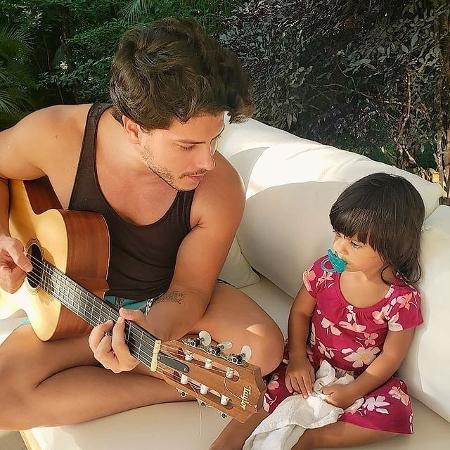 Arthur Aguiar toca violão para a filha, Sophia, e fãs se derretem - Reprodução/Instagram