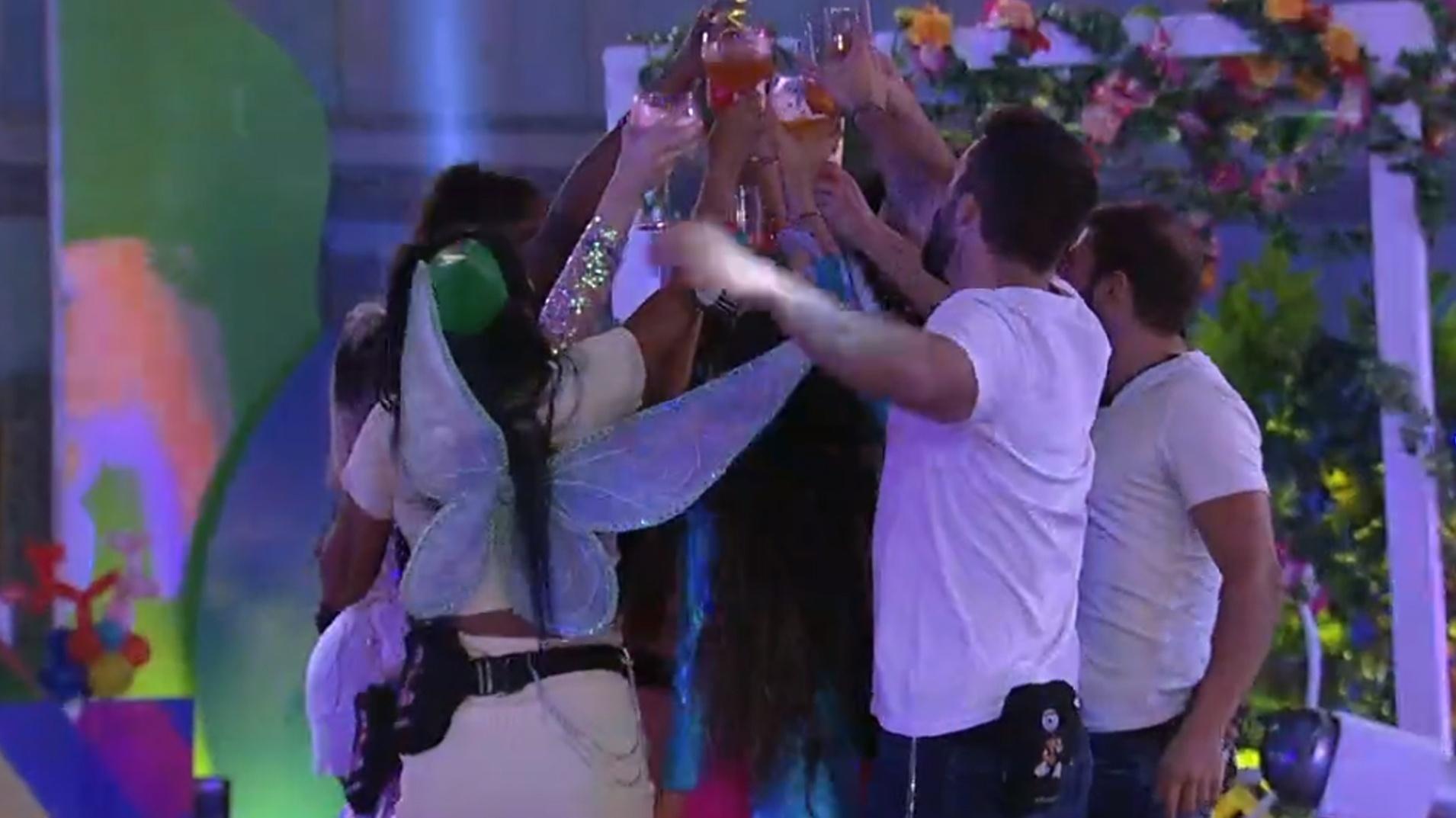 BBB 21: Brothers brindam durante festa - Reprodução/Globoplay