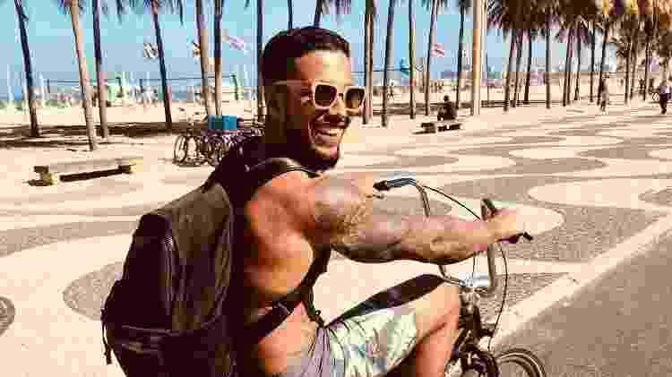 Matheus Sampio dando uma voltinha de bike pela orla do Leme, no Rio - Reprodução/Instagram - Reprodução/Instagram