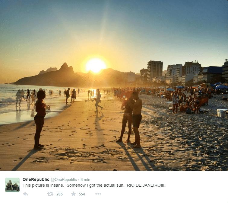 """18.set.2015 - Antes de subirem no palco do Rock in Rio na noite desta sexta-feira, os rapazes do One Republic aproveitaram para curtir o pôr do sol na praia de Ipanema, na zona sul do Rio de Janeiro. """"Esta imagem é insana"""", escreveram no Twitter oficial da banda"""