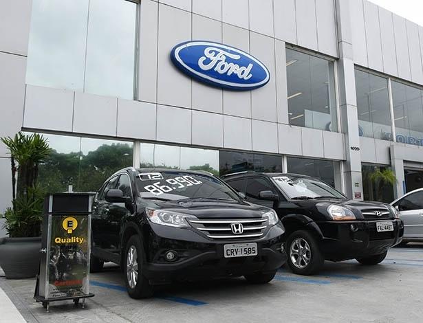 Concessionária da Ford em São Paulo exibe usados à venda, como esses Honda CR-V e Hyundai Tucson, na área de fora da loja, no estacionamento - Murilo Góes/UOL