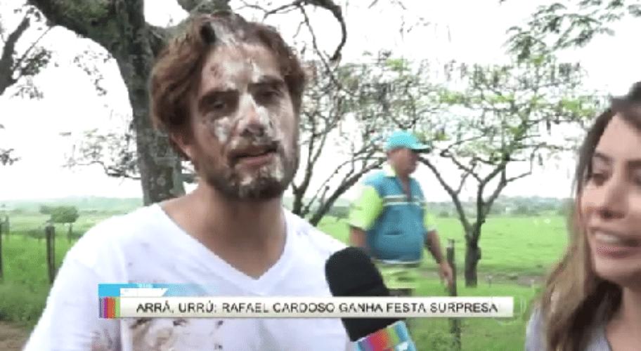 18.nov.2015 - Rafael Cardoso ganha festa surpresa e leva torta na cara