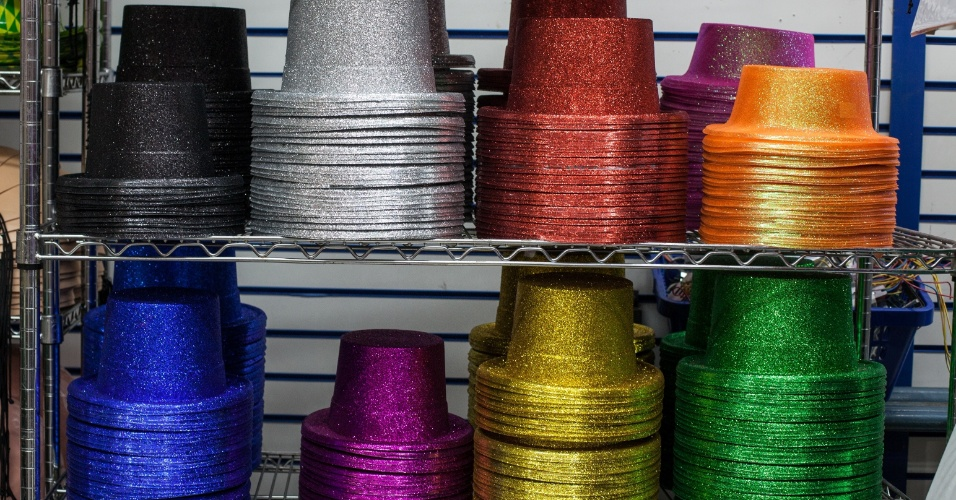 São diversas cores de cartola para combinar com o look. R$ 6 na loja Império das Festas (Ladeira Porto Geral, 55 ? Centro/ SP)
