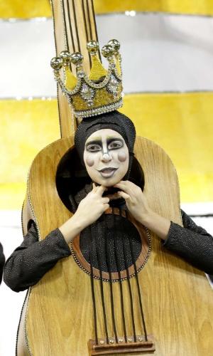 6.fev.2016 - Comissão de frente representa traz diversos instrumentos nas fantasias. A escola homenageia os 100 anos de samba