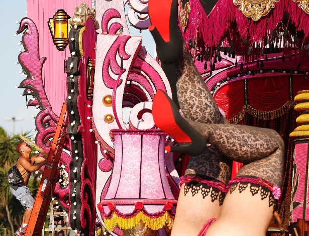 """8.fev.2016 - Samba-enredo remete à malandragem carioca, inspirado na obra """"A Ópera do Malandro"""" de Chico Buarque"""