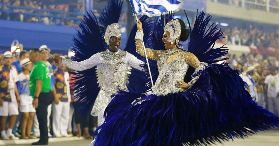9.fev.2016 - Alex Marcelino e Danielle Nascimento, primeiro casa de mestre-sala e porta-bandeira no desfile da Portela